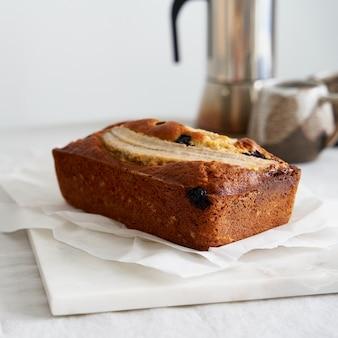 Gâteau entier de pain aux bananes avec banane et myrtilles petit-déjeuner avec café