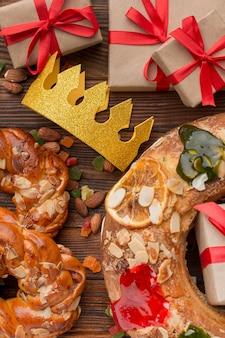 Gâteau épiphanie roscon de reyes et cadeaux vue de dessus