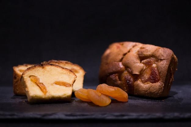 Gâteau éponge à l'abricot sec