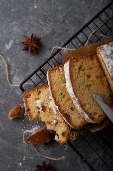 Gâteau éponge anglais fait maison, gâteau servi sur table grise