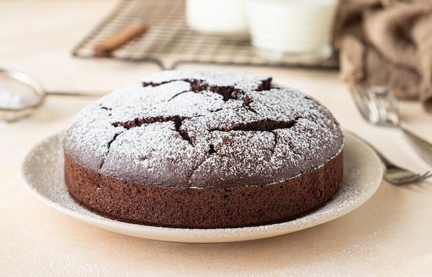 Gâteau éponge au chocolat sans farine avec du sucre en poudre
