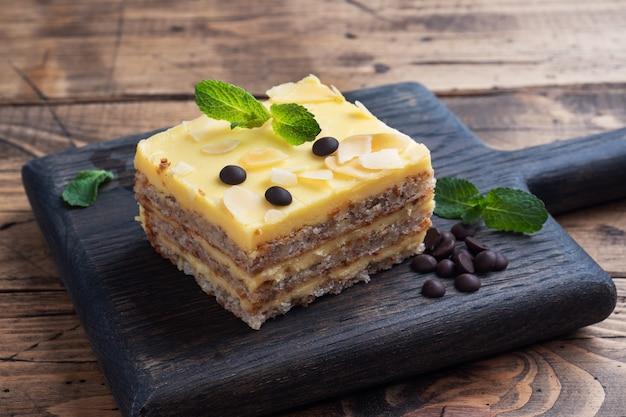 Gâteau éponge à la banane avec des noix et des gouttes de chocolat. délicieux dessert sucré pour le thé, fond en bois.