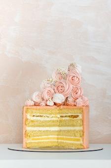 Gâteau éponge en couches avec décoration design. gâteau d'anniversaire, anniversaire de mariage.