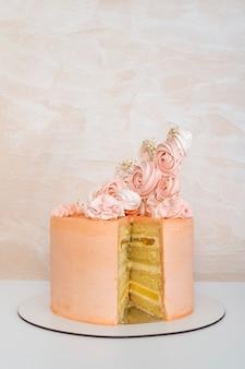 Gâteau éponge en couches avec décoration design. gâteau d'anniversaire.