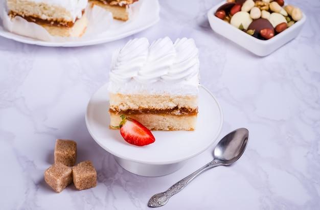 Gâteau éponge avec crème protéinée sur plaque blanche
