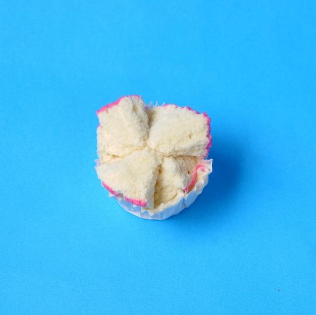 Gâteau éponge cuit à la vapeur ou bolu kukus d'indonésie. isolé sur fond bleu
