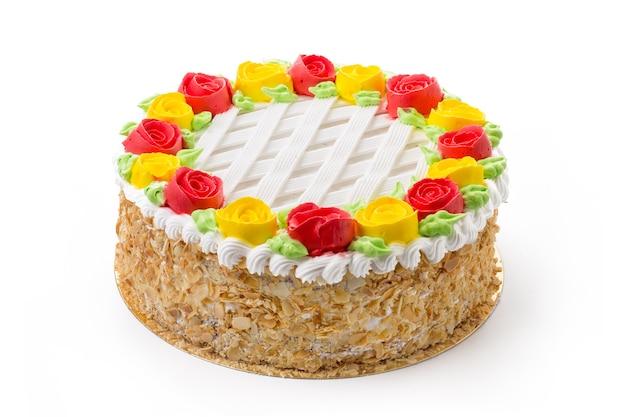 Gâteau éponge décoré isolé sur blanc
