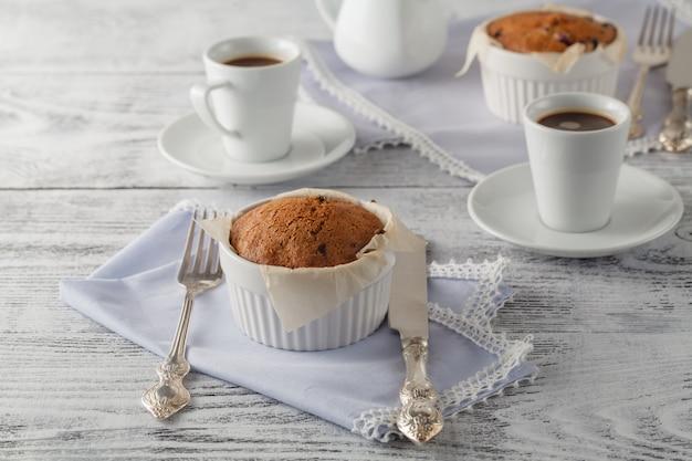 Gâteau éponge fait maison avec des canneberges séchées et une tasse de café. mise au point sélective sur le gâteau éponge