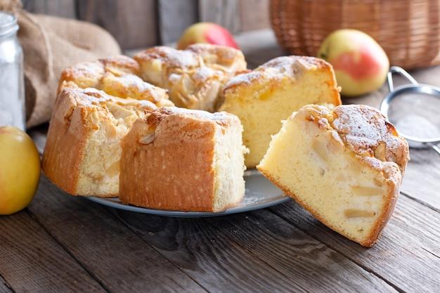 Gâteau éponge ou gâteau en mousseline délicieux avec des ingrédients