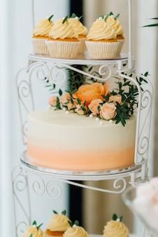 Gâteau éponge de mariage festif avec crème glacée blanche