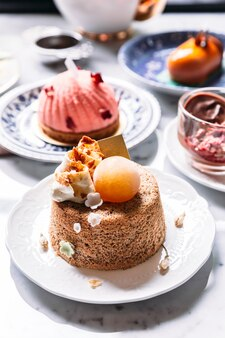 Gâteau éponge moelleux avec crème au café et sphère de glace.