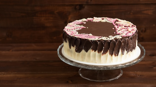 Gâteau éponge avec motifs mehendi sur le support en verre
