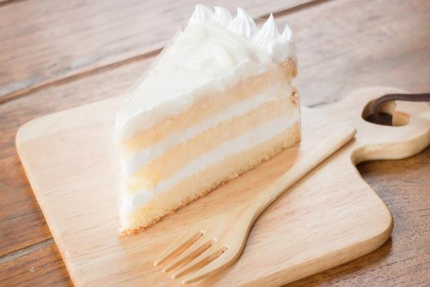 Gâteau éponge à la noix de coco avec crème fouettée