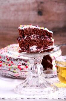 Gâteau étagé au chocolat avec crème et cerise