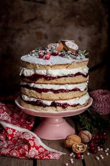 Gâteau étagé de noël avec confiture de framboises et crème fouettée