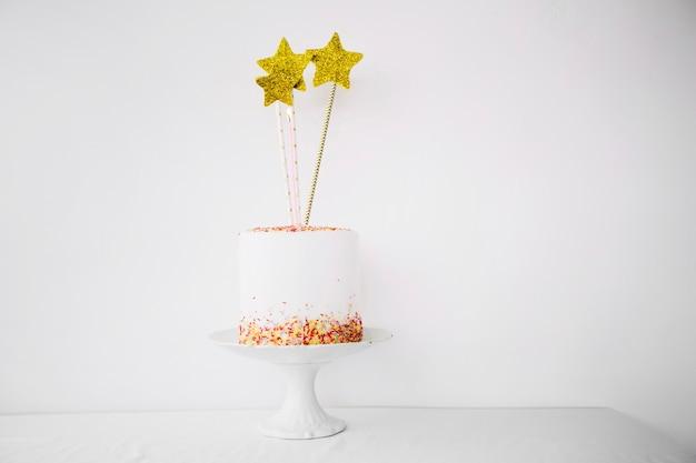 Gâteau avec des étoiles debout sur une plaque