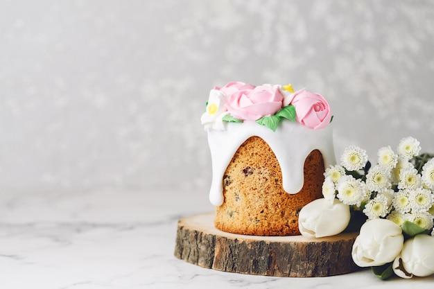 Gâteau fait maison avec des fleurs