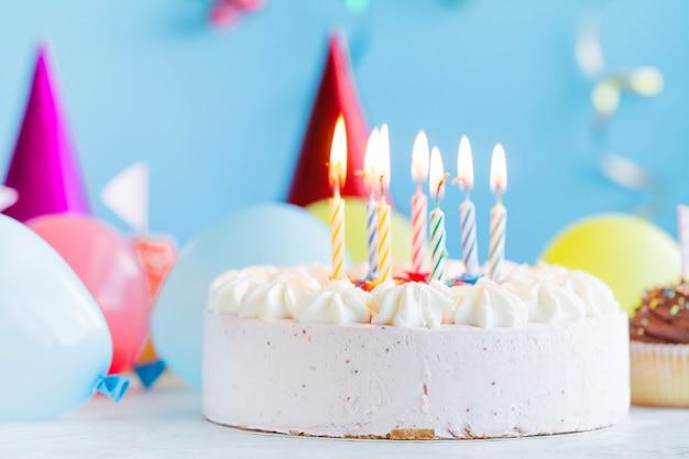 Gâteau festif et éclairage de bougies