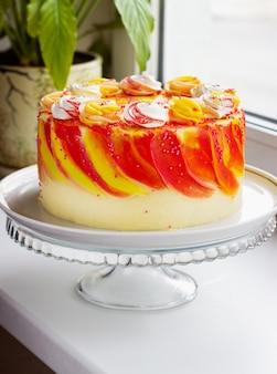Gâteau de fête lumineux avec des roses sur le rebord de la fenêtre