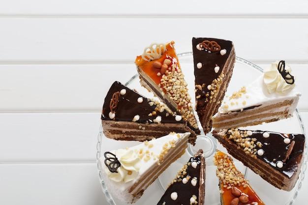 Gâteau sur fond de bois blanc