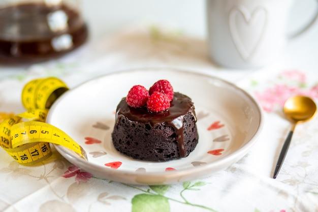 Gâteau fondant au chocolat mini gâteau pour fondant avec glaçagedélicieux dessert lave au chocolat maison