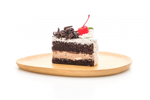 Gâteau forêt noire sur fond blanc