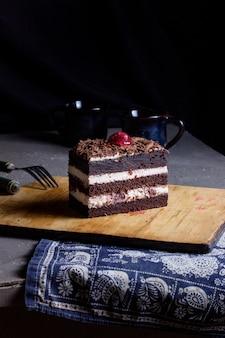 Gâteau forêt noire sur la table