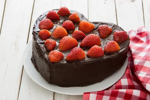 Gâteau en forme de coeur pour la saint valentin ou la fête des mères sur fond de bois