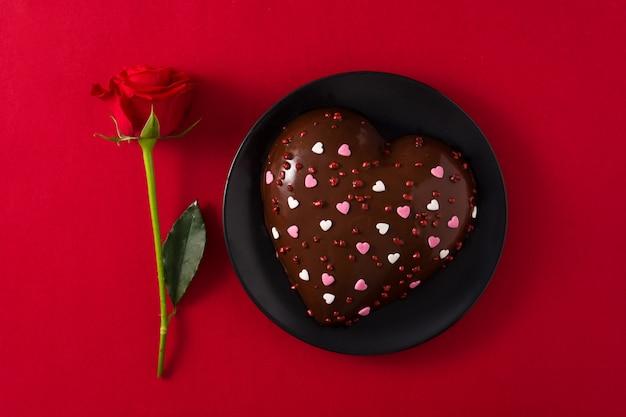 Gâteau en forme de coeur et rose rouge pour la saint valentin