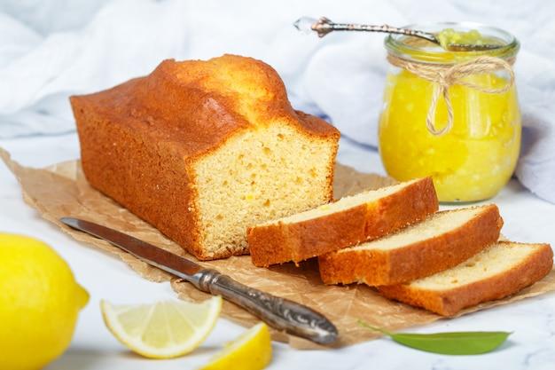 Gâteau fourré au citron et à la confiture