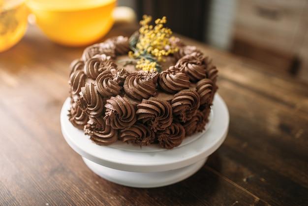 Gâteau frais à la crème de biscuit au chocolat, chef-d'œuvre culinaire, vue rapprochée.