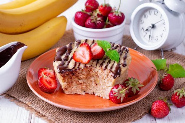 Gâteau frais fait maison au micro-ondes avec des fraises fraîches et de la menthe