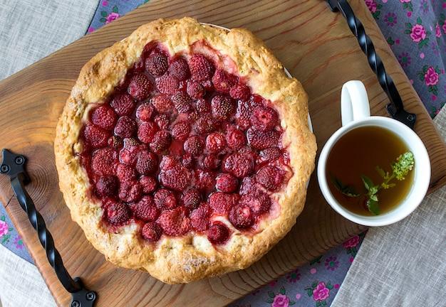 Gâteau à la fraise en bois rustique