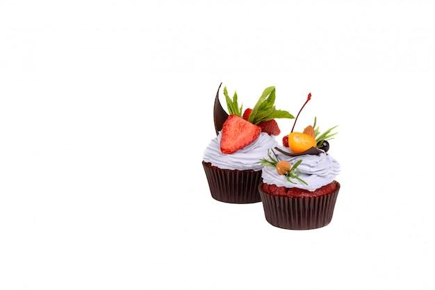 Gâteau à la fraise isolé sur blanc
