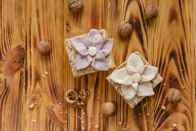 Gâteau de fruits aux pommes et noisettes - pastila, décoré de fleurs