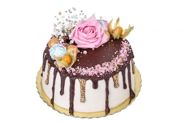 Gâteau de fruits et de fleurs roses. physalis, guimauve