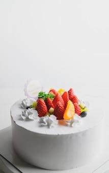 Gâteau de fruits frais joyeux anniversaire au chocolat joyeux anniversaire sur le concept de gâteau avec gâteau aux fruits kiwi aux fraises.
