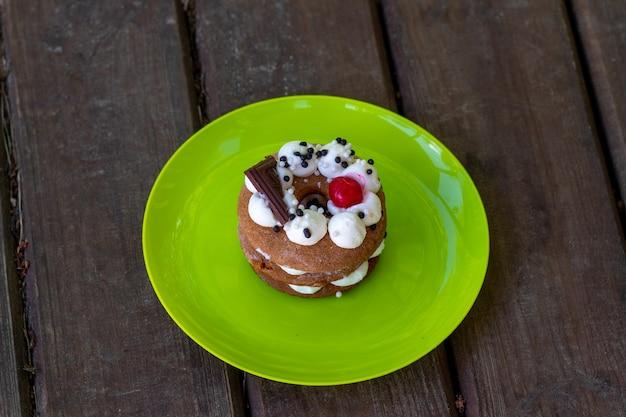 Un gâteau ou un gâteau au miel en gros plan debout sur une table en bois