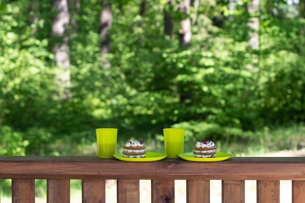 Un gâteau ou un gâteau au miel se dresse sur une planche de table en bois avec un fond