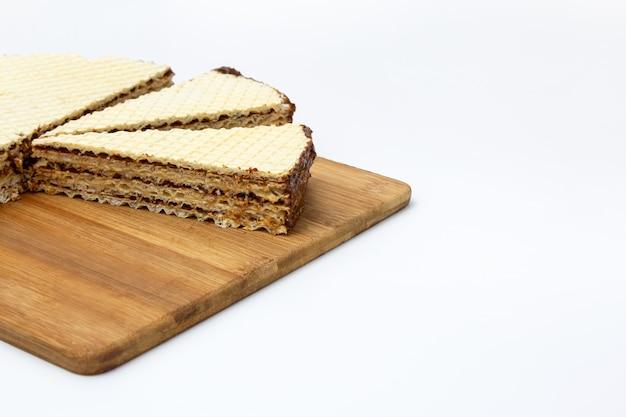Gâteau gaufrette sur une planche à découper sur fond blanc