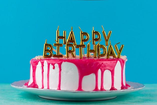 Gâteau avec glaçage et arrangement de bougies