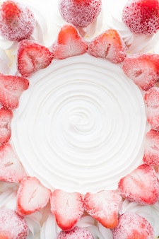 Gâteau glacé à la vanille avec fraises sur le dessus