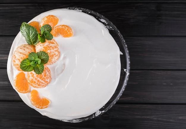 Gâteau glacé vue de dessus avec des oranges