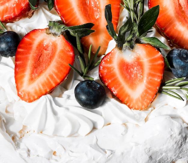 Gâteau gros plan avec des fraises