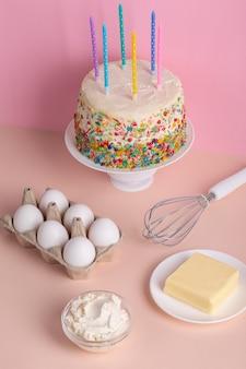 Gâteau et ingrédients délicieux à angle élevé