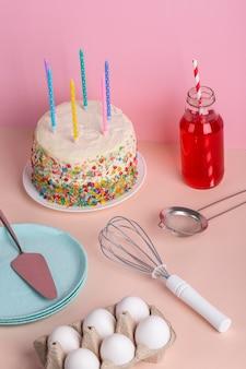 Gâteau et ingrédients savoureux à angle élevé