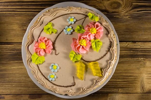 Gâteau de kiev avec crème, noix et meringue sur table en bois. vue de dessus