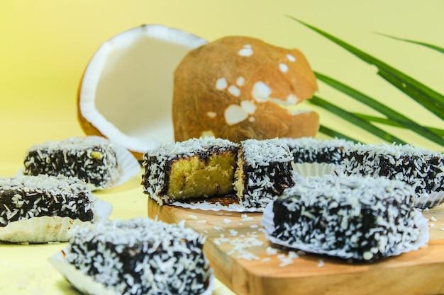 Gâteau lamington d'australie au chocolat et noix de coco râpée