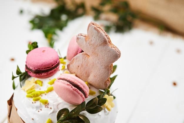 Gâteau de lapin de pâques sur fond de bois blanc, kulich traditionnel, paska prêt pour la célébration