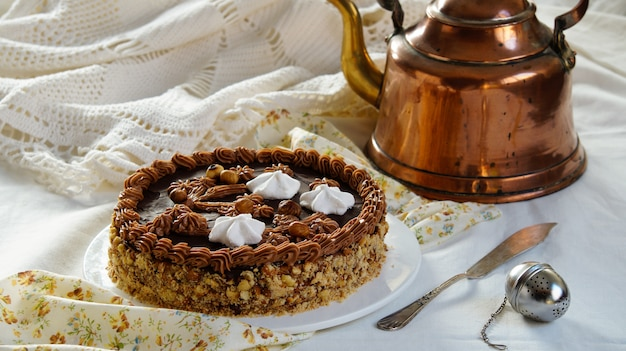 Gâteau leningrad - gâteau russe à la pâte sablée, crème au beurre fourrée au glaçage au chocolat